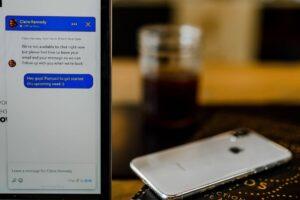 chat en pantalla de celular